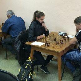 Екатерина Ягодкина (на дальнем плане) играет с Виктором Филиным, Марина Шелехова - с Романом Крупович.