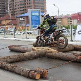 Показательные выступления мотоциклистов на Дне физкультурника