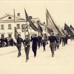 Углегорск, колонна физкультурников на параде в честь 7 ноября (1960-е годы)