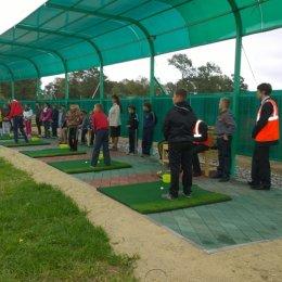 Школьники школы №1 села Троицкого Анивского района попробовали поиграть в гольф.