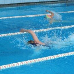 Охинские пловцы состязались вольным стилем