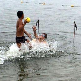 Лыжники сыграли в водное поло