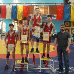 Островные борцы завоевали два десятка медалей на турнире во Владивостоке