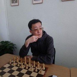 После первого игрового дня открытого чемпионата города по быстрым шахматам лидирует Дмитрий Ден
