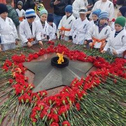 Юные каратисты возложили цветы к Вечному огню